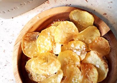Færdiglavede-hjemmelavede-kartoffelchips-med-havsalt