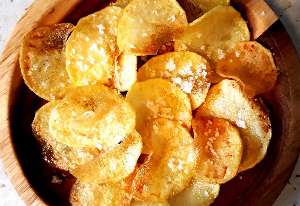 Hjemmelavede kartoffelchips med havsalt